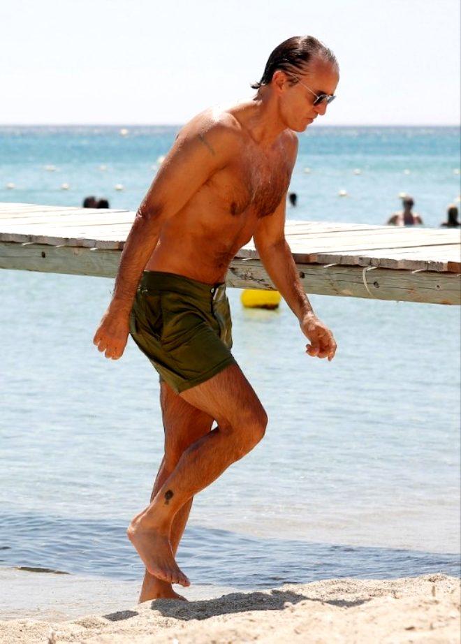 Galatasaray'ın eski hocası 55 yaşındaki Roberto Mancini, fit vücudu ile hayran bıraktı