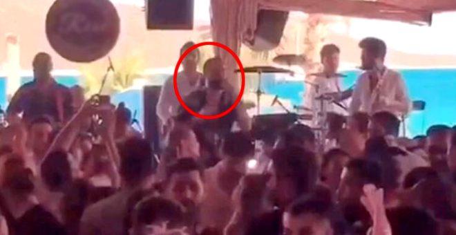 Uzun bir aradan sonra sahneye çıkan Berkay'ın konserini polis bastı! Hayranlarına ceza yağdı