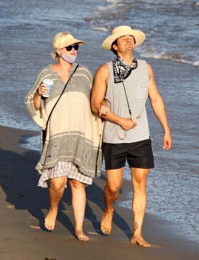 Nişanlısıyla sahilde yürüyüş yapan şarkıcı Katy Perry'nin sağ ayağındaki detay şaşkına çevirdi