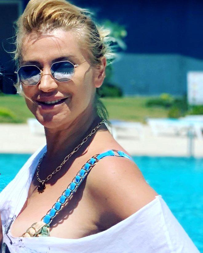 46 yaşındaki ünlü sunucu Songül Karlı'dan bikinili poz! Fit vücuduyla hayran bıraktı