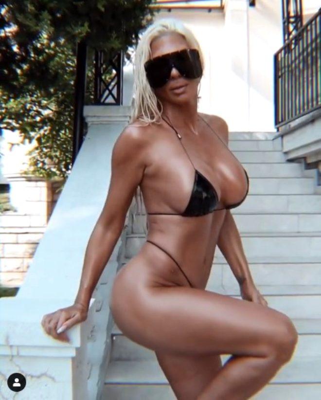 Beşiktaş'ın eski yengesi Jelena Karleusa bu kez deri bikinisiyle verdiği pozlarla büyüledi