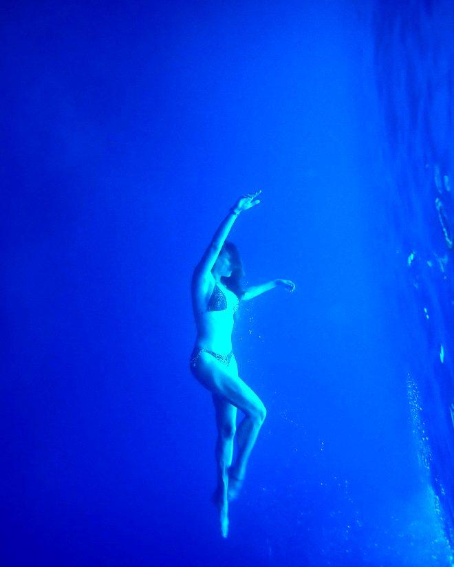 Serenay Sarıkaya su altında verdiği pozlarla nefes kesti