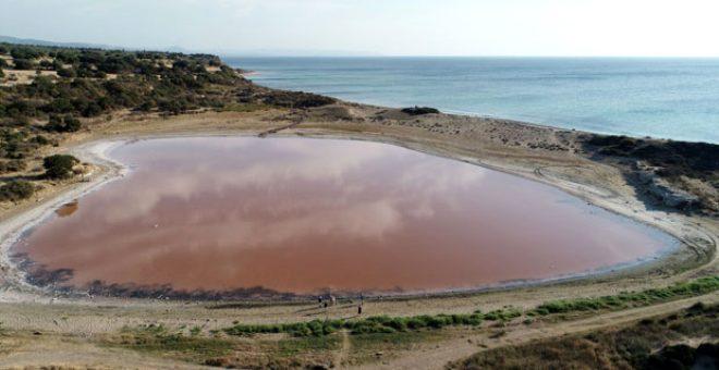 Doğanın aşka düşmüş hali! Kalpli pembe göle dönüşen 2 bin yıllık antik liman hayranlık uyandırıyor