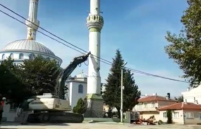 Milli hobimiz! Köy halkı, 27 metrelik minarenin yıkılışını maç izler gibi izledi