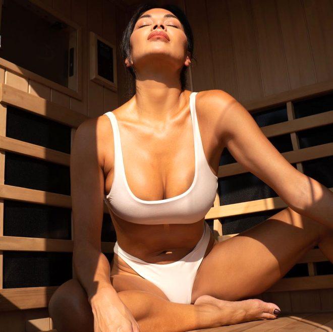 Sauna keyfi yapan 42 yaşındaki şarkıcı kağıt kadar ince bikinisiyle poz verdi