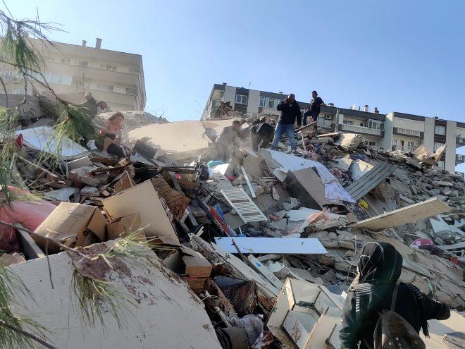 İzmir'de şiddetli deprem sonrası korkutan görüntü! Deniz çekildi, tekneler karaya oturdu