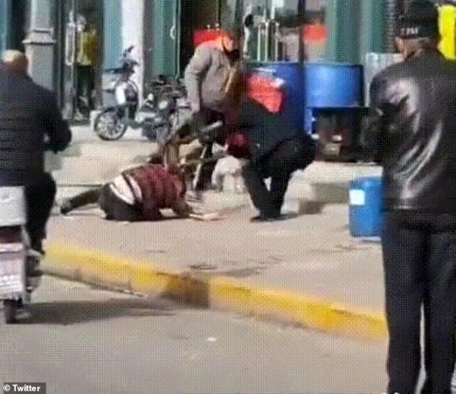 Sebebi incir çekirdeğini doldurmaz! Vicdansız adam cadde ortasında karısını döverek öldürdü