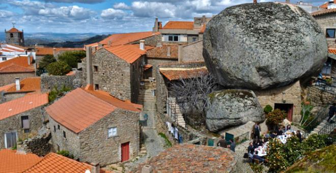 Burada yaşamak yürek ister! Dev kayaların altındaki köy görenleri hayrete düşürüyor