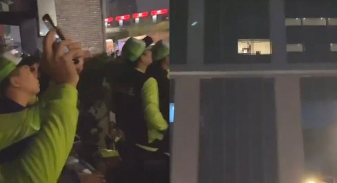 Pencere önünde cinsel ilişkiye giren çifti gören kalabalık, telefona sarıldı