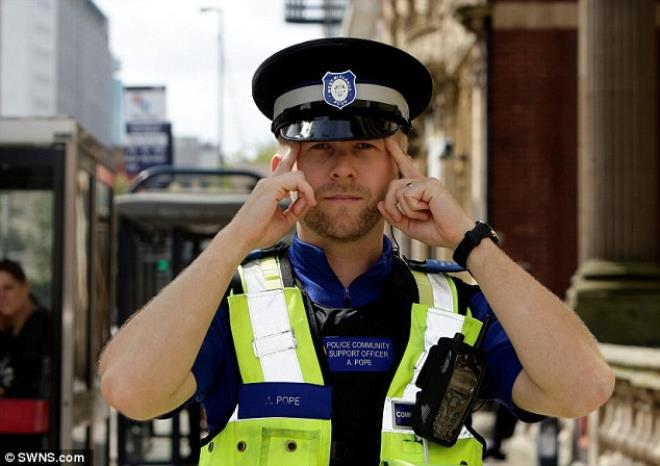 2 bin şüpheliyi tespit eden polis memurunun yeteneği hayrete düşürdü