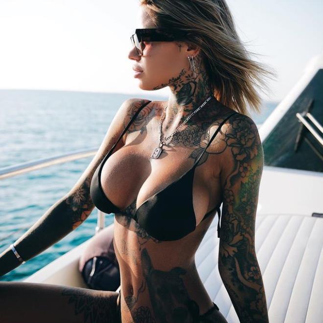 Dövmeli güzelin paylaşımındaki detay Milan taraftarlarını kızdırdı
