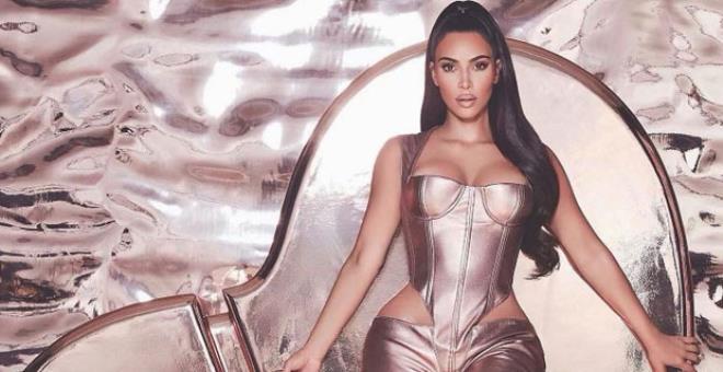 Önü ayrı, arkası ayrı olay! Kim Kardashian, kalça dekolteli tulumuyla hayrete düşürdü