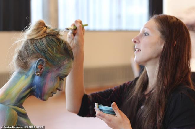 Hamile kadın, vücudunu boyayarak kendini etkileyici sanat eserine çevirdi