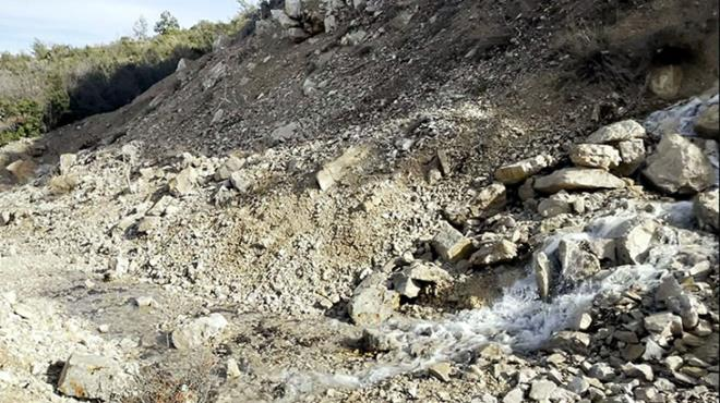 Spil Dağı'ndaki gizemli şelalenin ne kaynağı belli ne de suyun nereye gittiği