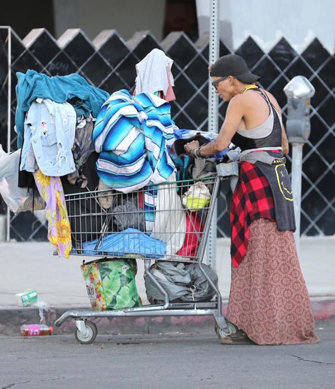 Sokaklarda çöpleri karıştırarak yaşayan ünlü model, onu bu hale getirenlere öfke kustu
