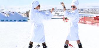 Görüntüler Palandöken'de çekildi! Rus turistler kayak pistine çıkıp bir anda bornozlarını çıkardılar