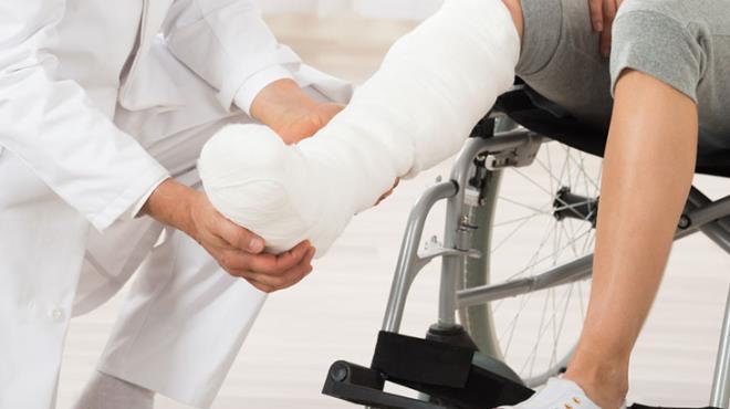 Ayağı sakatlanınca hastaneye giden genç kız, yapılan muayenede erkek olduğunu öğrendi