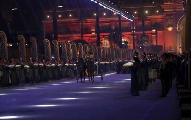 40 dakika sürdü, 400 televizyon canlı yayınladı! 18 kral ve 4 kraliçe böyle taşındı