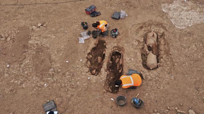 Topraktan tabut fışkırdı! Arkeologları şaşırtan içindeki insanlar değil, tabutun şekli oldu