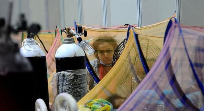 Hindistan boğuluyor! Tedavi için hastane personeline yalvaran genç anne arabada can verdi