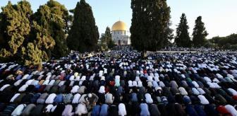 İsrail'in hain saldırılarına direnen Mescid-i Aksa'da tekbirler göğü inletti! 100 binler bayram sabahı kıyama durdu