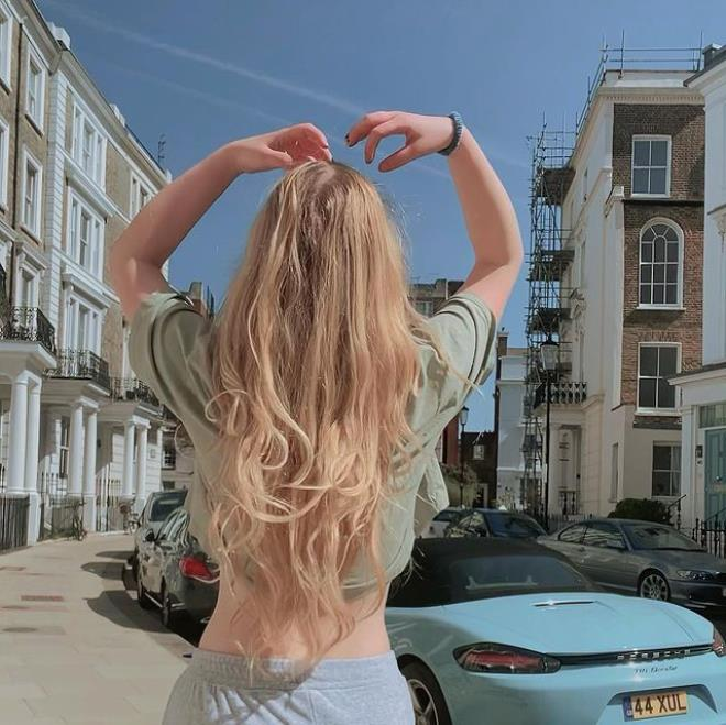 Serel Yereli, Londra sokaklarında iç çamaşırsız dolaştı