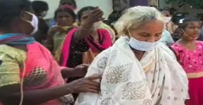 Bir aile şokta! 'Öldü' denilerek yakılan yaşlı kadın iki hafta sonra eve döndü