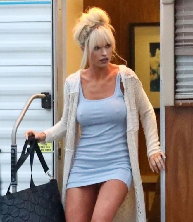Güzel oyuncu Lily James sette sütyensiz dolaştı, görenler dönüp bir daha baktı