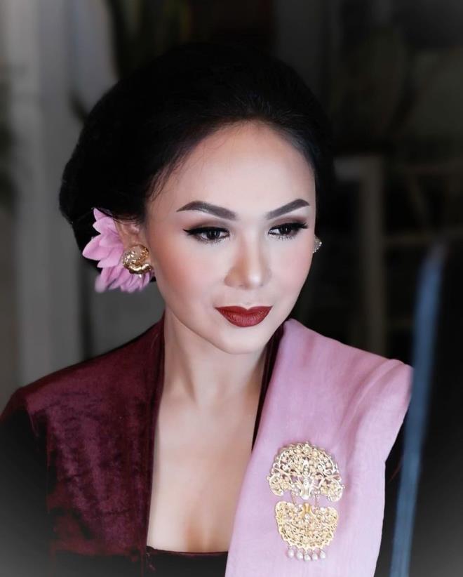 Rezalet! Oğullarıyla cinsel içerikli film izlediğini söyleyen Endonezyalı şarkıcı Yuni Shara'ya tepki yağdı