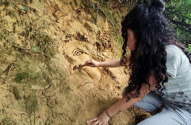 Ağacın kökünde bebek figürünü görenler uyarı niteliğinde notla karşılaştı