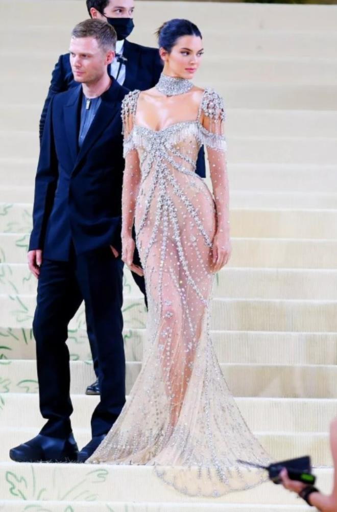 Kusursuz fiziği tamamen gözler önünde! Kendall Jenner transparan elbisesiyle göz kamaştırdı