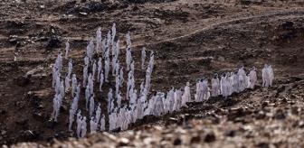 Lut Gölü'nün çevresinde ilginç görüntü! Vücutlarını beyaza boyayıp çırılçıplak gölün kenarında yürüdüler