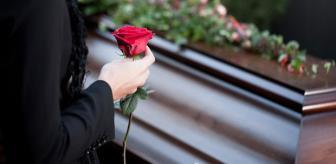 Ölü diri dinlemiyorlar! Instagram fenomeni, babasının tabutunun önünde poz verdi