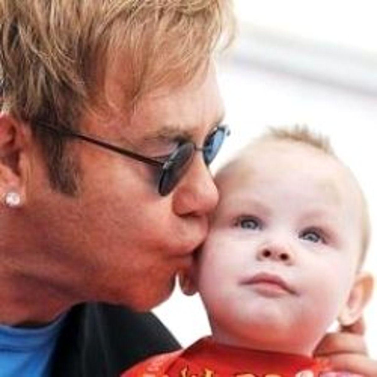 Elton John'dan Bebeği İle İlk Poz