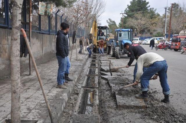 Siirt'te Yağmur Suyu Izgaraları Temizleniyor