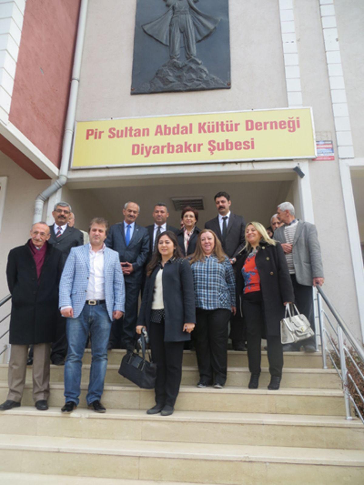 Sarı, Diyarbakır'da Pir Sultan Abdal Derneğinde