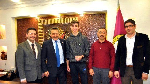 Başkan Tutal, Şampiyon Karateciyi Tebrik Etti