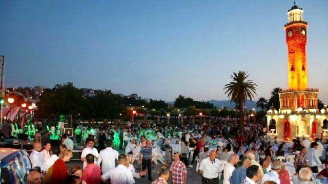 AK Parti Konak Meydanı'nda İftar Verdi
