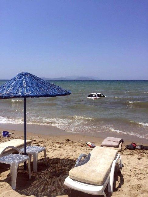 Kuşadası'nda Otomobil Plaja Girdi: 1'i Ağır 4 Yaralı