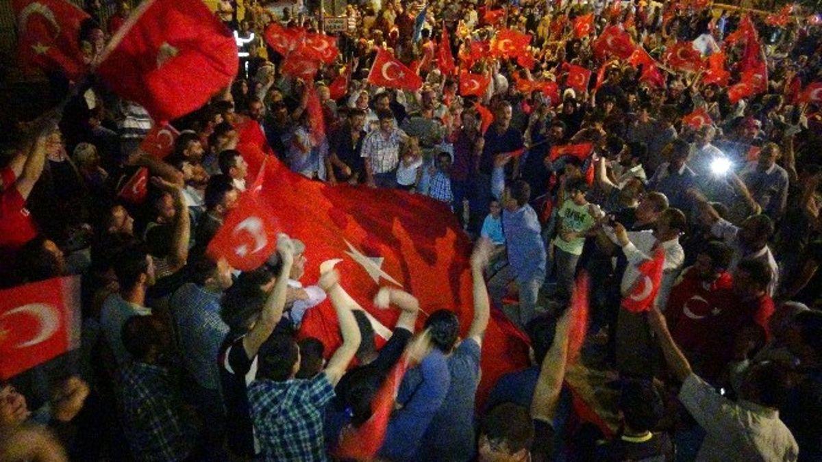 Doğanşehirliler 'Demokrasi Nöbeti'ne Devam Ediyor