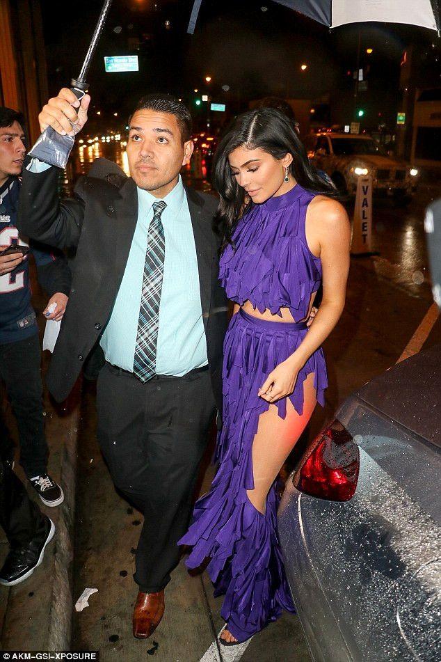 Televizyon Yıldızı Kylie Jenner, Giydiği Kıyafet Yüzünden Yürümekte Zorlandı