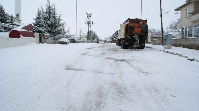 Kırşehir Merkezde Bağlantısı Kar Yağışı Nedeni ile Kesilen Köy Yolları Açıldı