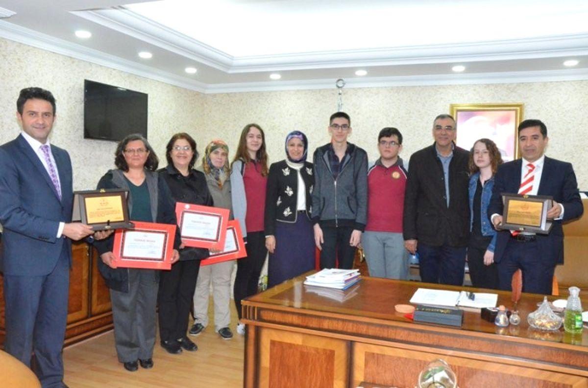 İl Müdürü Durmuş Başarılı Öğrencilere Çeyrek Altın Hediye Etti