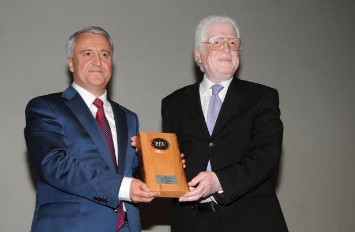 Eskişehir Film Festivali'nde İzzet Günay ile Lale Belkıs'a 'Onur' Ödülü Verildi