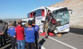 Otobüs Tıra Çarptı: 2 Ölü, 30 Yaralı