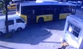 Kontrolden Çıkan Aracın İETT Otobüsüne Çarpma Anı Kamerada!