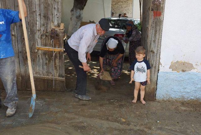 Sel Altında Kalan Bölgelerde Hummalı Çalışma