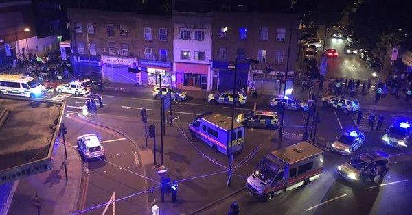 Londra'da Kamyonet Yayaların Arasına Daldı, 1 Kişi Öldü (2)