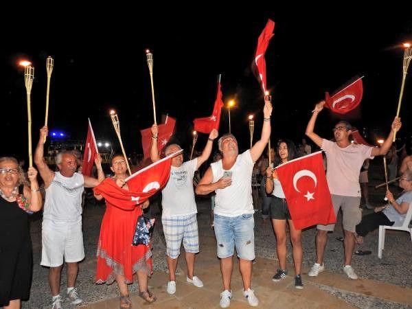 Çeşme'de Meşaleler 'Ata'ya Saygı' İçin Yandı