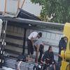 Tır Dorsesindeki Profil Boruların Arasında Sıkıştılar: 3 Ağır Yaralı